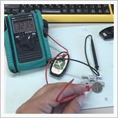交換しようとしている電池電圧は・・・3.2V。<br /> 電圧降下はしていますね。