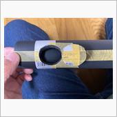 メタルジョイントの位置でスポンジカバーに印をつけてから、30φの円形に穴を開けます。<br /> <br /> カットするのはデザインナイフを使って切り出します。