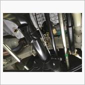 ドレンボルトを外してオイルを排出。<br /> 油切り中にエレメントも緩めておきます。<br /> エレメントからはみ出るオイルがホーシング等に被るので、じょうごか何かで受ければキレイに作業できます。
