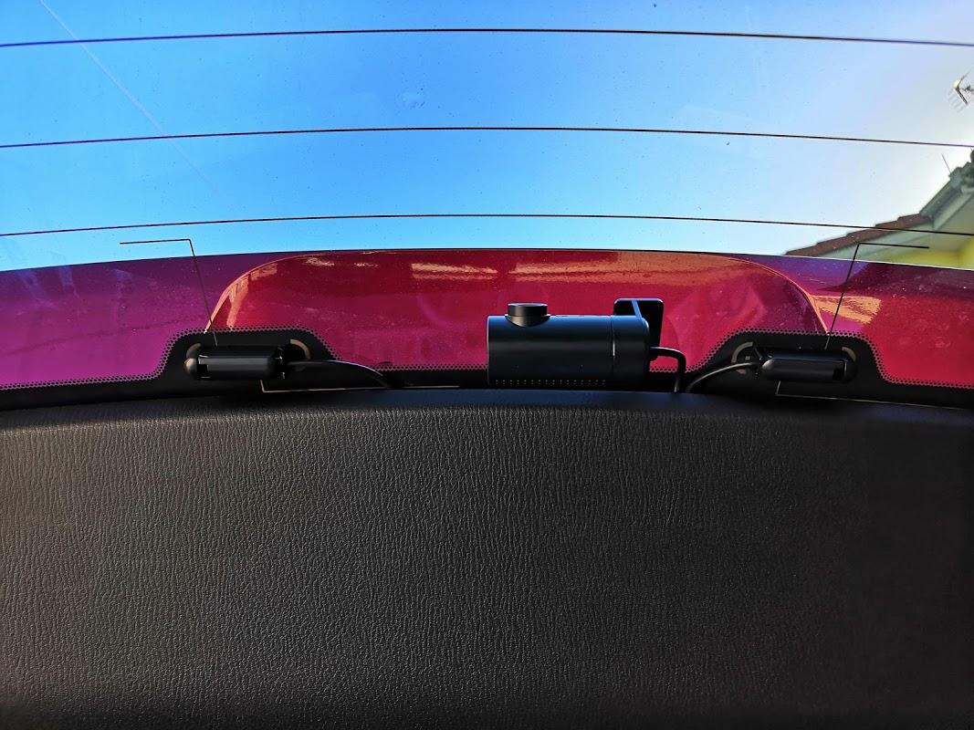 ドライブレコーダーを前後2カメラ型に変更したことで、前方からリアゲートまでリアカメラ用ケーブルを配線する必要が出てきたため、内装をバラして隠匿配線を行った。<br /> <br /> この記事では、助手席側及び後部座席の足元のサイドトリム、トランクサイドトリム、リアゲートのルーフトリム周辺の外し方と、配線方法を紹介したい。<br /> <br /> フロント側のドラレコの電源は、助手席足元の純正配線からACC電源を分岐し、助手席側Aピラーを通して電源を確保している。フロント側はその配線を入れ替えたのみのため、内張り剥がしや配線などの詳細な内容は以下の過去記事を参照。<br /> (https://minkara.carview.co.jp/userid/3062613/car/2672910/5093277/note.aspx)