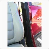 Bピラー下側の、助手席側シートベルトが収まっている黒い樹脂部分…センターピラーガーニッシュと言うらしいが、これも外す。
