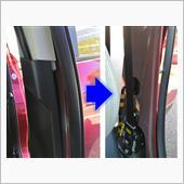 ピラーガーニッシュに、助手席及び後部座席のウェザーストリップ(黒くて長いゴム部品)が被さっているので手で引っ張って外し、ピラーガーニッシュの上側を室内側に引っ張れば画像のように簡単に外れる。そのまま手で広げつつ中を覗くと、下側2か所がクリップ止めされているので、その付近に手を入れて引っ張るとピラーガーニッシュが外れる。