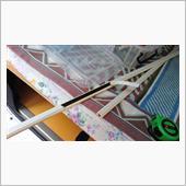 レールの中央付近の剥離紙を少し剥がし、中央の位置を決めて貼り付け、残りの剥離紙を剥がしながら左右方向に押さえつけて行き、レールを仮固定します。