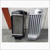 インタークーラー性能比べテストします。<br /> 左:純正インタークーラー<br /> 右:LSEX-F製 インレットとアウトレットコア増容量型'エア通径路5段列;冷却フィン6配列です。