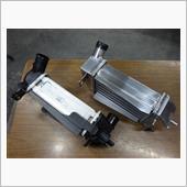 本体タテヨコ厚みは'ほぼ同等サイズ。<br /> インレットコアとアウトレットコア型状が角バッテ溶接され造られてますので、四角い台形になった分のエアー容積増量タイプです。<br /> 溶接作成工程で;強度や耐久性踏まえ'厚さ3㍉のアルミ材を使って頑丈に出来てます..<br /> 比べて;純正インクラは薄々ペラペラのアルミ材を使用・樹脂プラ製インレット&アウトコアは角スイ型(テーパースラント)で'吸い込みスムースに気流を運び易くなってます。<br /> フィン並び精密な細目11列♪通径路管は10列並びで構成され'流石;純正は熱交換能力発揮させるよーに造られ好く考えられてるなっ'と,思いました。<br /> 比べると'熱放出性能と冷却速攻効率は純正に軍配上がりそうな予想します;<br /> LSEX-Fインクラは'大吸孔口5列配備の太い通路管通過性を活かして'コア増量分含んだ冷エアーをドンだけ効果好くインマニに送り込めるのか?が'テストポイントのカギなると思います←装着が楽しみデス^^♂<br />