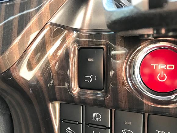 リアハッチ(バックドア)を電動で自動開閉。