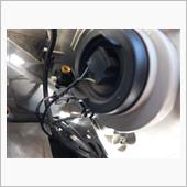 あたくしのは、ハロゲンヘッドライトの車両でして、裏側はこんな感じ<br /> <br /> スモールは、もちろん一番下の奴であります<br /> 間違えてその上のセルフレベレーターのコネクタを、無理やり回して壊さないように、とw