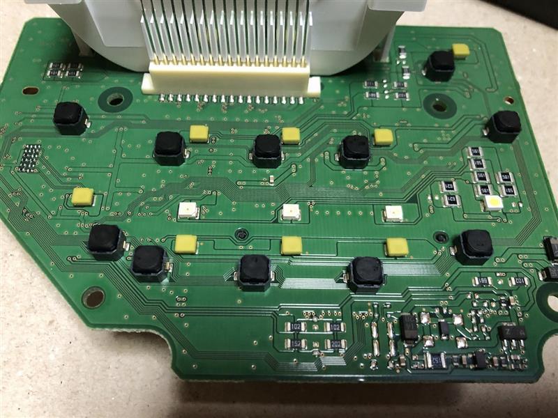 Noneの液晶では、表示項目が少ないため、NBOXの基盤を使用<br /> LEDブルー化するために、写真中央部分の写真中央のLED被覆を剥ぐと、白→青へ<br /> 合わせて、液晶の透過版をNoneのもに取替え 表示体の色を緑→グレーへ