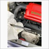 エンジン停止後一呼吸置いてゲージでオイル量を確認します。<br /> Fのチョイ下なので丁度良いですね^_^<br /> コレで作業完了♪