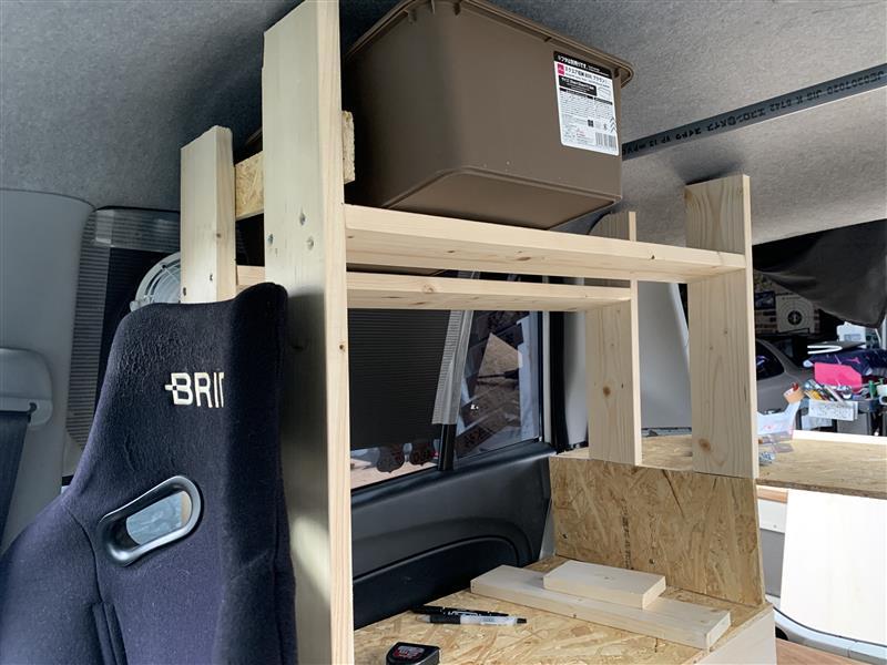 収納スペースが出来ました!<br /> <br /> ダイソーの容器なんですがこれが薄くて<br /> FDやエイトでキャンプ行く時は積みやすいのでこのタイプを使ってます!!<br /> <br /> この箱2つ入ります! 画像のは新たに買って来た物なのでシールそのままですw<br /> <br /> 狭い車内なので斜めにして少しでも広く見えるようにと思ってやりました!<br /> 最初には平らにしようと思ってやってましたがw<br /> <br /> 固定方法はまた保留