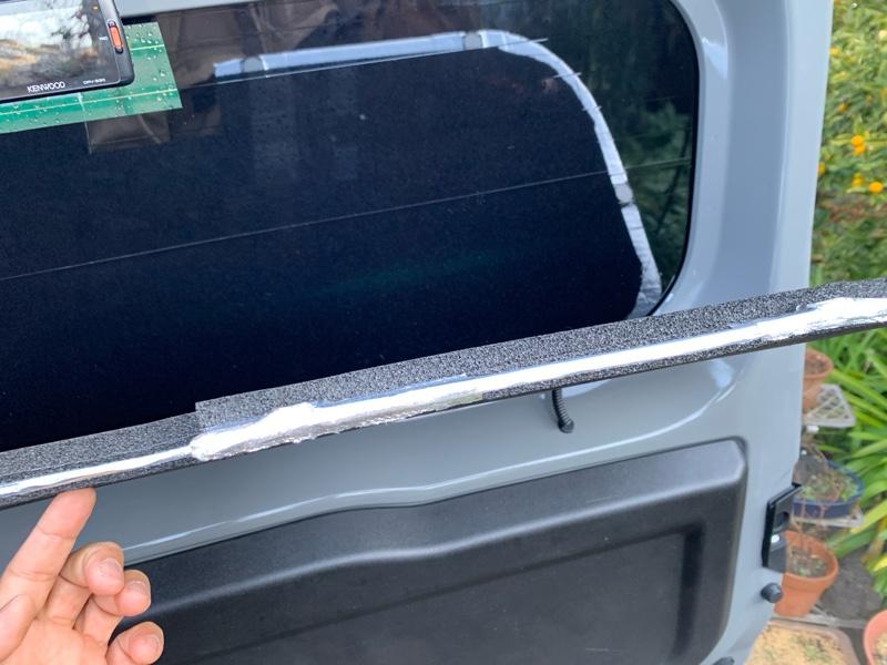 後部三枚のガラス断熱シート張り、車中泊仕様