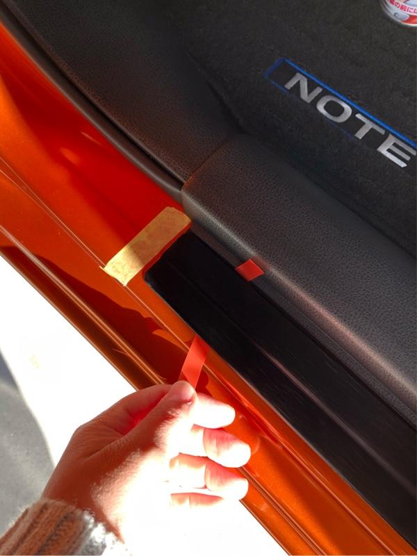 両面テープの剥離紙を両サイドに出して、空気が入らない様に抑えながら、剥離紙を剥がしていく。