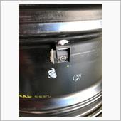 タイヤ専門店に持ち込みタイヤを外してもらいセンサーを組込みました。締め付けトルクは8Nmです。