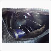 ②エアフィルターオイルを吹き付けて装着します。<br /> <br /> エアフィルターオイルは吹き付ける量が少ないとゴミの吸着力が下がり、一部の小さい粉塵はエンジン内に吸い込んでしまうように思いますし、逆に多いと粉塵の吸い込みは防げるものの、空気の吸入量が減るように思います。<br /> よって、程々の量が求められるわけです。<br /> <br /> その加減が分かるように、フィルターオイルは赤に着色されており、吹き付けたときにフィルター全体が薄っすら赤色になったらOK、みたいなことが説明書に書いてあります。全然あてになりませんが、もうそこは何となく、でいきます。<br /> <br /> 気を付けることがあるとすれば、フィルターの蛇腹の谷の奥までオイルを吹き付けた方がいいとは思いますが、あんまりやり過ぎないこと。山の部分がベタベタになります。<br /> <br /> いずれにせよ、そこまで大きなリスクは無さそうです。<br /> <br /> 洗浄前後のフィーリング変化はどうだったか、憶えてません…。
