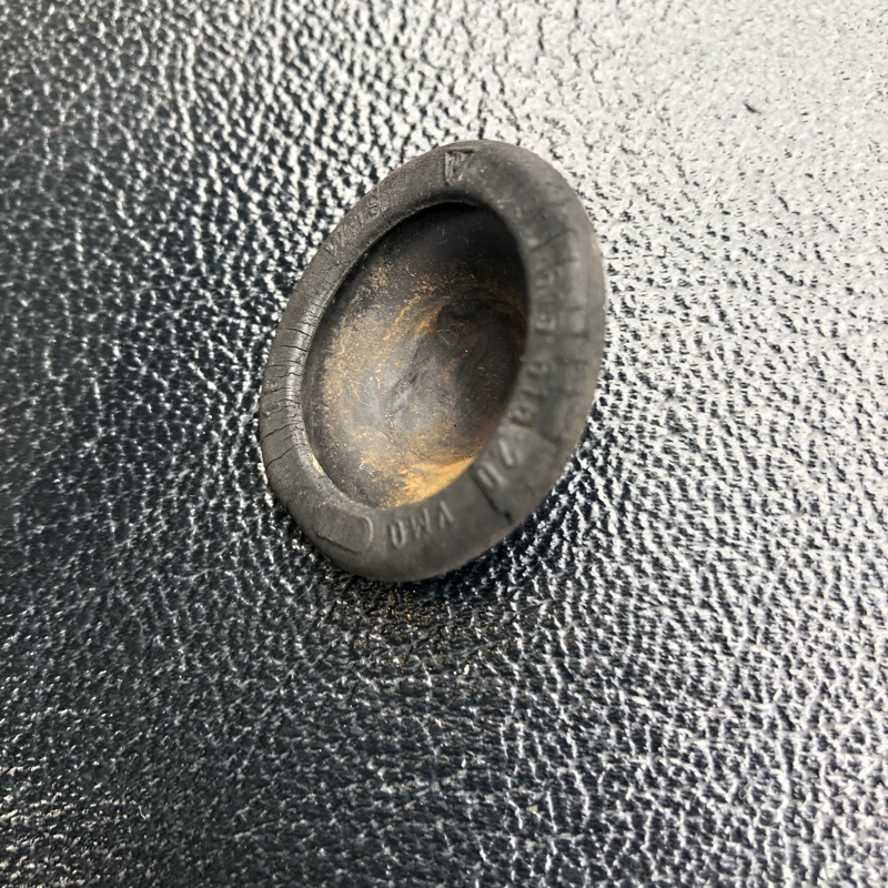 ドアスイッチのカバー。今回で2回目です。<br /> 亀裂、ヒビあり。<br />  スイッチには電極活性剤を吹き付けときました。<br />  このゴムカバー、結構引き伸ばさないと取り付けにくいですね。