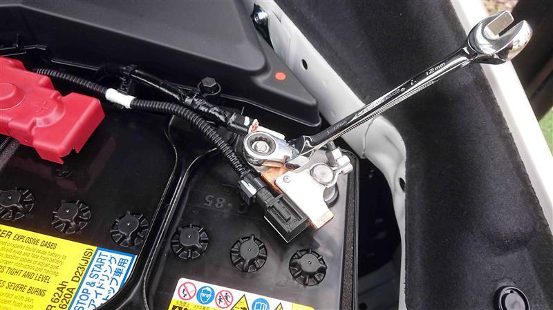 オーディオレスで納車されたVM4.とりあえずナビが使えるようにしたけれど,ETCとアイドリング・ストップ・キャンセラー,それと後回しにしたマイク,TVアンテナ等をつけます.<br /> <br /> 0.電動シートを前にずらして,センターコンソール後端2ヶ所のボルトを外し,シートを後端にずらします.<br /> <br /> 1.バッテリーマイナス端子の12mmナット(画像スパナがかかっているの)のみ取り外します