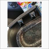 このカバーにある2つのフックに金属製のパーツがあり、多分これがカラカラなるのかと思います。<br /> で、このフックの横の縁に細く切った防音テープを貼りました。