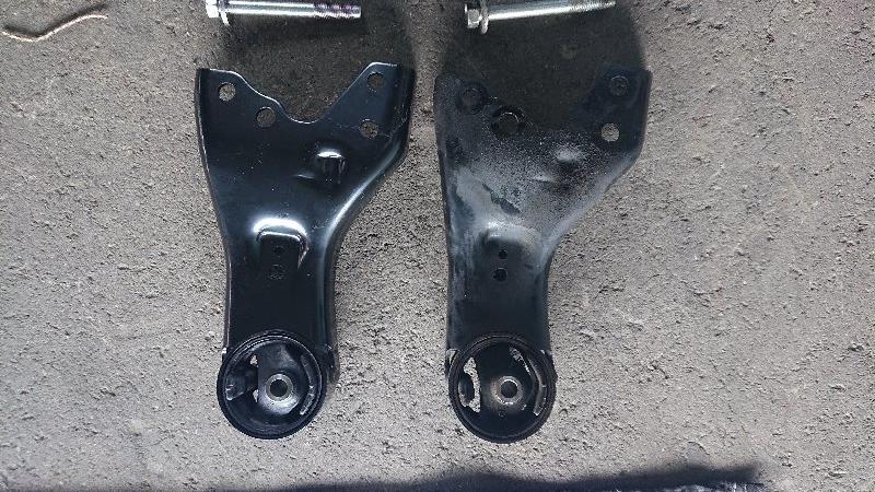 フロント側外した後です。<br /> <br /> 右の汚いほうが、取り外した方です。<br /> 左の新品に比べてもボルトの穴位置が下方向にずれています。<br /> <br /> 数センチエンジンとミッションが下ってたんですね。