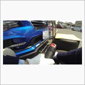!共用の駐車場で交換する際は,隣の車を傷つけたり,出入りを邪魔しないように注意して行いましょう.<br /> <br /> 0.洗車してホイールを綺麗にする<br /> <br /> 1.交換する夏タイヤについている前年使用場所のラベルをもとに,<br /> <br /> 左前→右後<br /> 右前→左後<br /> 右後→左前<br /> 左後→右前<br /> <br /> におき,ラベルを取り外すタイヤの現在の使用場所に貼り替える<br /> <br /> 2.空気を2.50 kgf/cm2まで入れる(関連パーツレビューに動画).<br />