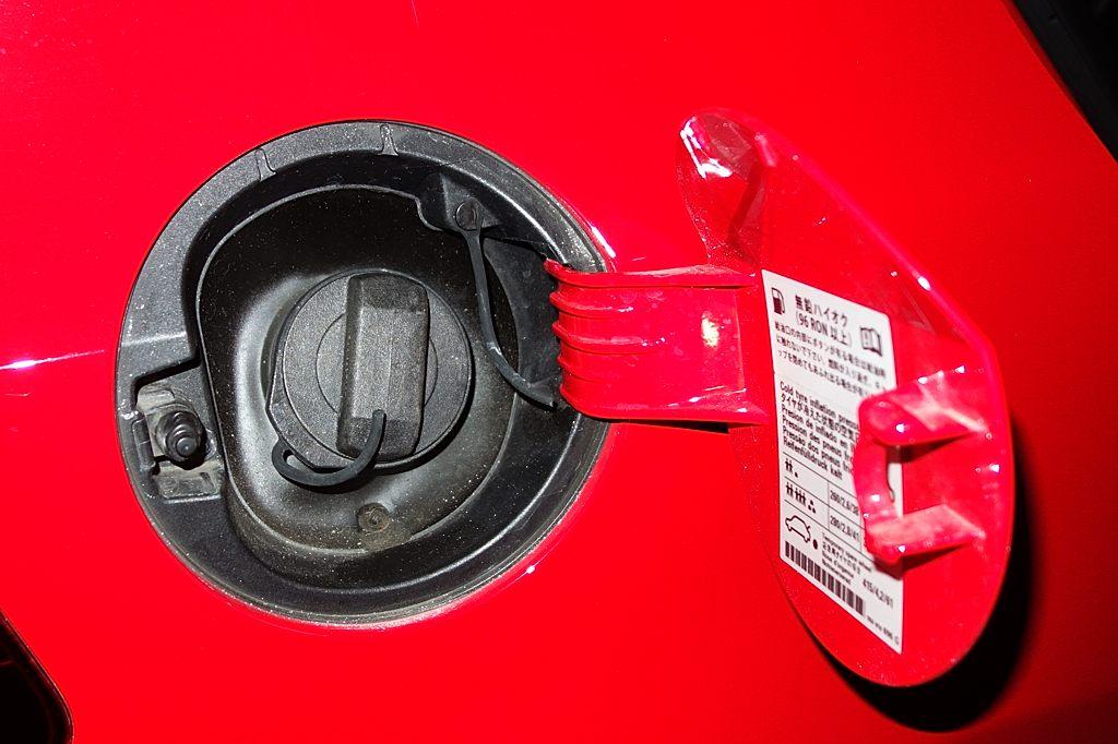 燃料キャップを海外仕様に交換 55351km時