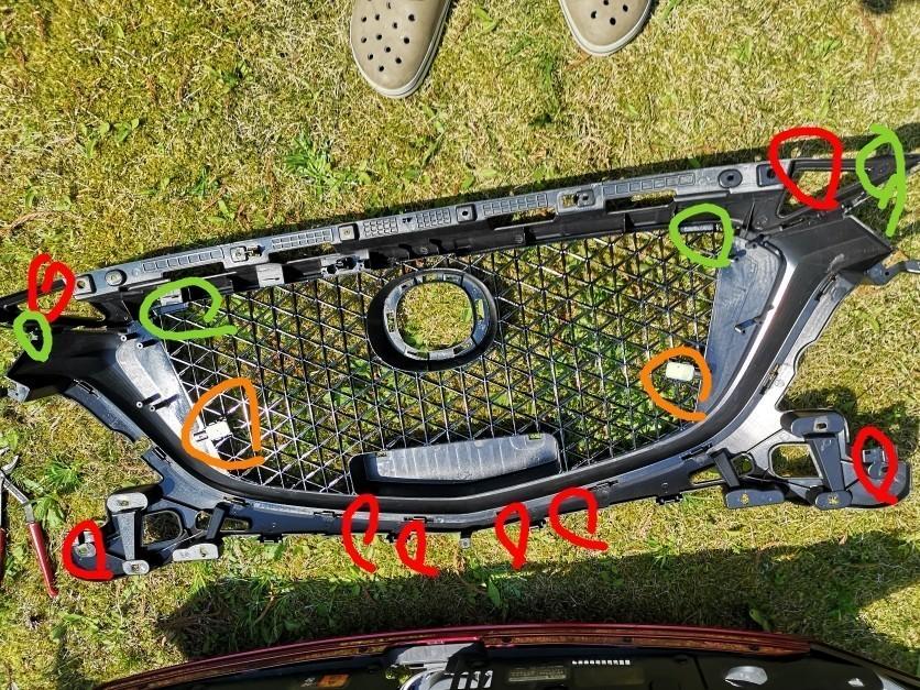 購入したグリルを加工します。<br /> 純正と合わせて干渉するところを排除していくだけです。<br /> 赤色 干渉しないように切る<br /> 緑色 干渉しないように穴あけ<br /> オレンジ センサー用に加工