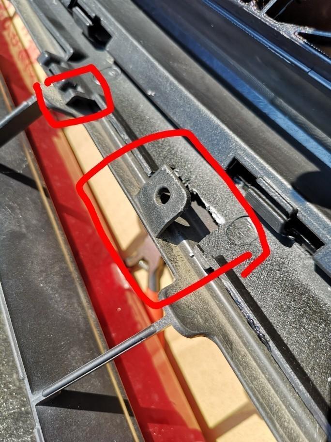 グリル中央下部です。<br /> 干渉するので切り取り。奥側はこのときは切っていませんが、後に手前半分切り取りました