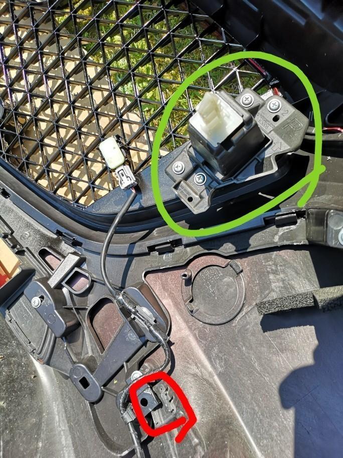 右下、左下です。赤色部分がフォグのガーニッシュの爪に干渉するので切り取ります。<br /> 加工のときにpart1で取り外した車体に刺さるパーツを左右ともに取り付けます。