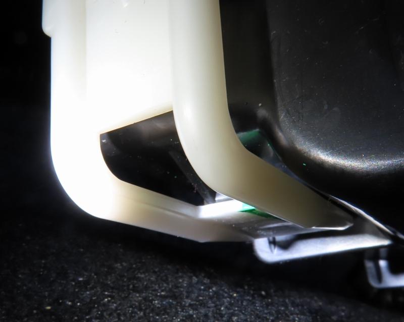 エアコンフィルターのケースの白いフタ嵌め込み詳細