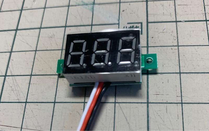 電圧計、スイッチとか