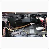 フロントカメラの電源コードは 左ピラーからグローブボックス裏へ。
