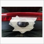 カメラ取付位置が決まったら、大きく穴の開いた隙間をマスキングテープで型取りします。この後に型取りしたマスキングテープを新品の部品に取付け穴を開けていくのですが、型を貼り付ける位置決めがかなり大変でした。(多少の誤差で穴の位置が変わってしまいそうで)