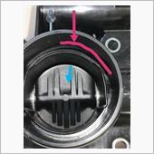 赤線部分にマイナスドライバー差込んで青線(内側)にコジルとパッキンと割れて除去できます。<br /> キレメさえキチンと入れておけば冒頭の写真のように取り除く事が出来ますので後の切削処理が楽になります。