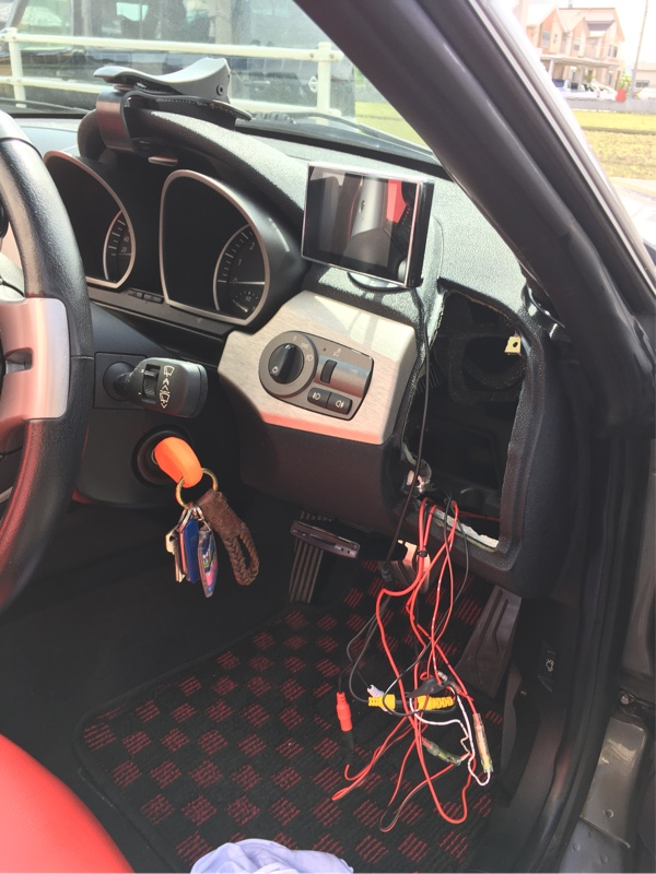運転席側のエアコン吹き出し口を外します。<br /> これも+ネジ2本でとまっているだけなので取り外し簡単です。<br /> <br /> 外した奥に私の場合、ヒューズBoxから電源が引っ張ってありますので(ETCやバックカメラ用の電源がここにてジョイントされています)<br /> 今回のドラレコの電源もここから取ります。