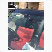 ドラレコの位置を決めて取り付けます。<br /> ちょうど良い位置が無く助手席側に取り付けました。<br /> 運転席からはドラレコのモニターは見えません。<br /> <br /> 運転していてもルームミラーに隠れてしまっているので視界の邪魔になりません。