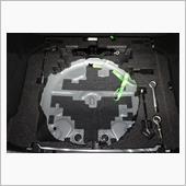 タイヤの径で切りとりました。<br /> 移動するフックは置いてそれをなぞるようにするときれいに切れます。<br /> リブが入っていない場所は貫通させてしたからウレタンフォームで埋めます。