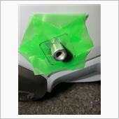 車体に軸を取り付け、養生テープを六角の面に合わせて貼り、カバーの形状をペンでトレースします。