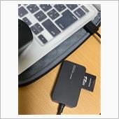 今回使用しているパソコンはApple製『MacBook Air (Mid 2013)』(macOS Catalina)ですが、作業内容はWindowsパソコンでもほぼ同様です。<br /> <br /> 取り外したSDカードを、パソコンのSDカードリーダーに差し込みます。<br /> パソコン内蔵のSDカード差し込み口がない場合は、このように外付けのリーダーで読み込めます。<br /> <br /> (ドラレコの確認等で大変便利な機械なので、ひとつあると良いかもしれませんね。)