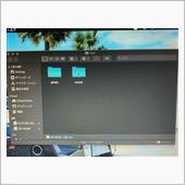 今回扱っているレーダー探知機『A320』の場合、『photo』フォルダと『sound』フォルダが表示されました。<br /> <br /> ここは機種によって操作が異なりますが、もうひとつ『logo』フォルダが存在する場合があります。<br /> 『logo』フォルダはオープニング画像の元ファイルが入るフォルダになっていますが、この記事の終わりにある参考文献(参考サイト)に詳しく説明されている様なので、そちらを参照にして下さい。<br /> <br /> ユピテル『A320』では、フォトフレーム画像をオープニング画像やプリセット画像に設定するという機能が備わっています。<br /> <br /> そのため、オープニング画像も含めた画像ファイルは『photo』フォルダを開き、フォルダ内に入れることでOP画面やスライドショー等の画像を追加する事ができます。<br /> <br /> 一方、カスタム音声の設定は『sound』フォルダを開きます。