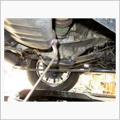 エンジンオイルの交換です。<br /> ドレンボルトを緩めます。