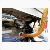 オイルフィルターを交換したので約2.6l給油します。<br /> エンジン始動してオイルフィルターにオイルを回します。エンジンをSTOPさせてオイル量を確認して完了です。