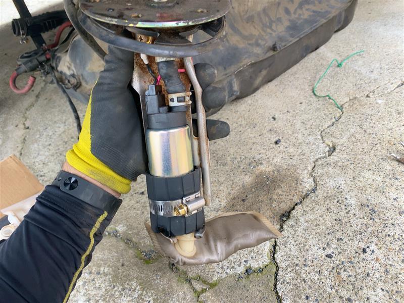 燃料ポンプのストレーナーを純正戻し。