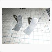リアは純正マッドガードの固定ネジを利用して固定するのでアルミ板を切って曲げて穴開けてステーを作製。