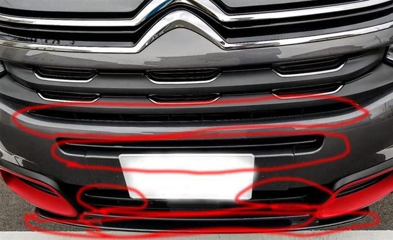 フロントグリル吸気用開口部フラット部分へのステッカー貼付