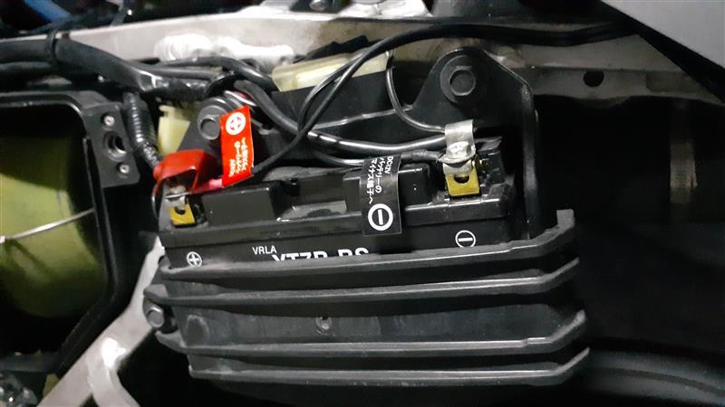 H4のハイワットバルブにしたし<br /> バッ直にしたし<br /> <br /> 何が原因だ・・・<br /> ・・・ん?バッテリーかも?<br /> <br /> ってことでバッテリー交換<br /> モノタロウでACdelcoのバッテリーに交換です