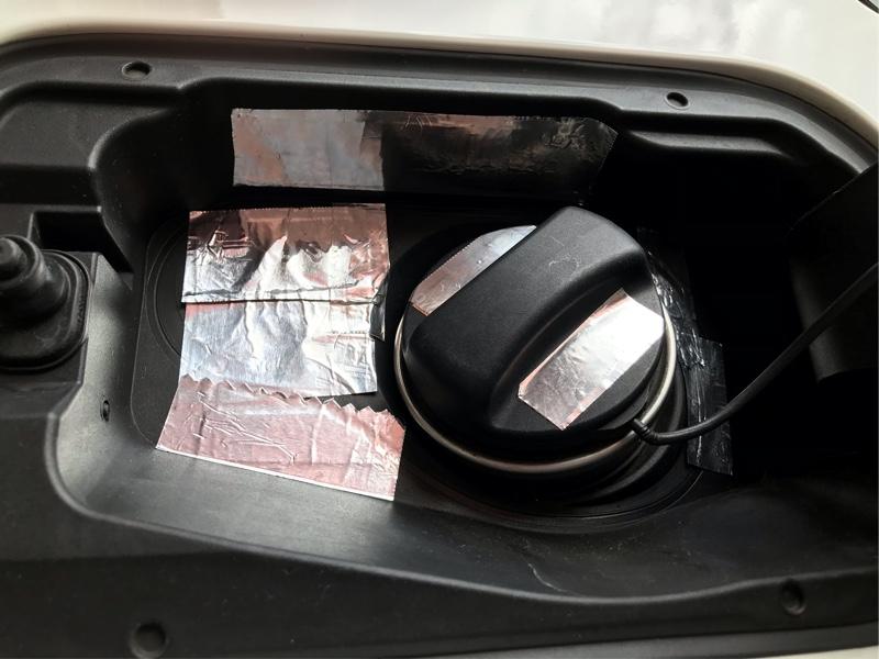 燃料キャップ付近の銅箔、アルミテープ増設