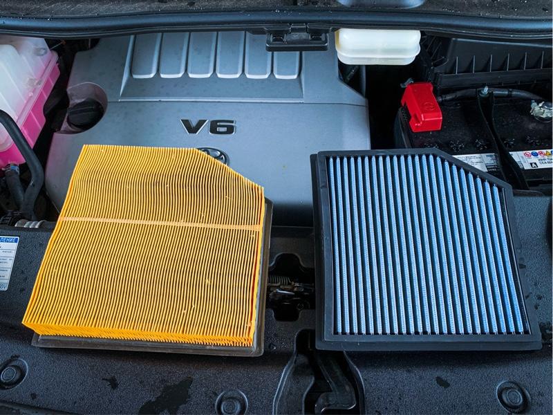 BLITZ SUS POWER AIR FILTER LM へ !<br /> 車両購入前の交換時期が不明だったが、種やら虫が多く詰まっていたので妥当な時期かと…<br /> 純正タイプなので交換作業は簡単でした。<br />