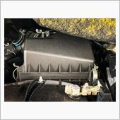 バッテリーの奥にあるグレーのボックスにエアフィルターが収まっており手前のクリップ(2箇所)を外して上に持ち上げれば取り出し可能です。