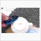 まずはスープカップを裏返して、ストライカーカバーのバリを取り除きます。<br /> 自分的にはヤスリよりも瀬戸物のほうが、滑らかになる気がします。<br /> この、ひと手間が大切~♪<br /> <br /> <br />