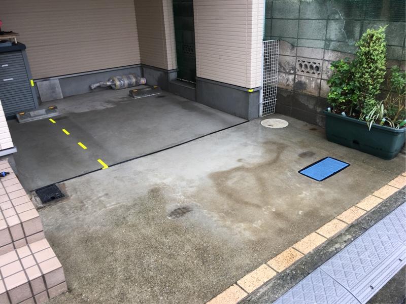 駐車場兼整備ピット清掃