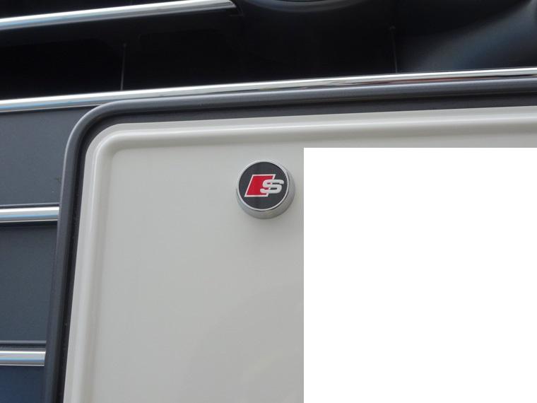 アウディA4オールロードにナンバーボルトエンブレムを装着(^o^)
